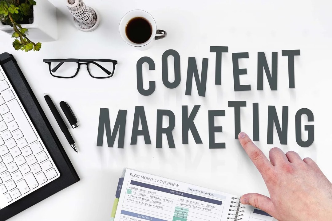 desktop with the words content marketing in plastic letters
